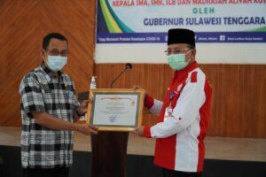 (Ketgam : Pemberian Piagam penghargaan dari Pemerintah Provinsi Sultra kepada BLK Kendari