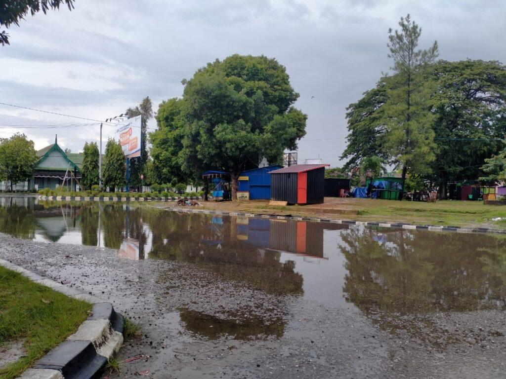 (Ketgam: keadaan area jalan tugu Jati Raha pasca hujan/FOTO: Ezal)
