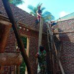 Koptu Lukas, Babinsa Koramil 03/ Lambuya Gotong Royong Bersama Warga membangun sebuah Rumah