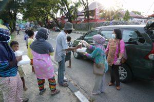 (Istri-istri saat membagikan takjil dan makanan buka puasa kepada warga Kota Kendari)