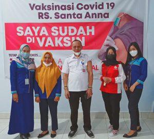 (Kepala BLK Kendari, Dr La Ode Haji Polondu bersama pegawai BLK Kendari)