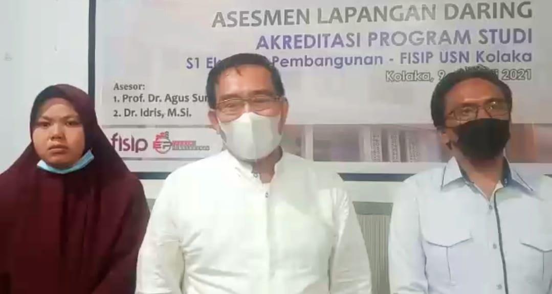 (Ketgam : Dekan Fisip USN Kolaka, Nursamsir, SE.,M.Si/ tengah)