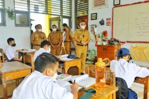 (Walikota Kendari, Sulkarnain Kadir saat memantau hari pertama pelaksanaan Pembelajaran Tatap Muka Terbatas di SMPN 9 Kendari)