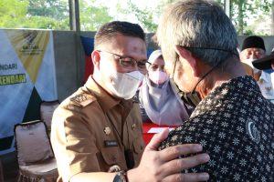 (Wali Kota Kendari, Sulkarnain Kadir saat menyalurkan secara simbolis paket ZIS kepada Petugas Kebersihan DLHK)